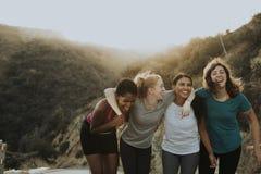 Vänner som fotvandrar till och med kullarna av Los Angeles royaltyfri foto