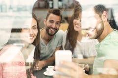 Vänner som gör en selfie arkivbilder