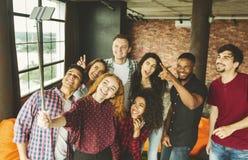 Vänner som gör selfie arkivfoton
