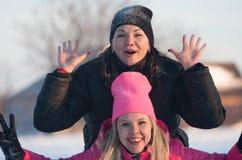 Vänner som har en selfie på snön Fotografering för Bildbyråer