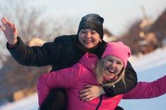 Vänner som har en selfie på snön Royaltyfri Foto