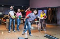 Vänner som har gyckel i bowling Royaltyfri Fotografi