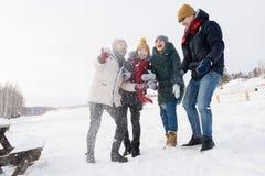Vänner som har gyckel i snö royaltyfri bild