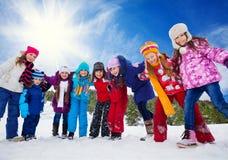 Vänner som har gyckel i snö Royaltyfria Foton
