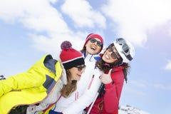 Vänner som har gyckel i snön Arkivfoton