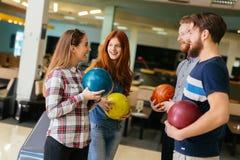Vänner som har gyckel, medan bowla Fotografering för Bildbyråer