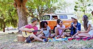 Vänner som har gyckel på musikfestivalen 4k arkivfilmer