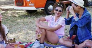 Vänner som har gyckel på musikfestivalen 4k lager videofilmer