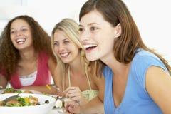 vänner som har home koppla av för lunch Arkivbild