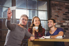 Vänner som har kaffe och tar roliga selfies Arkivbilder