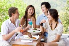 Vänner som har lunch Royaltyfri Foto