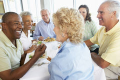 vänner som har lunchrestaurangen Arkivbilder
