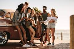 Vänner som har rolig det fria på vägtur arkivfoto