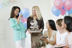 Vänner som har söt mat på en baby shower Royaltyfria Foton