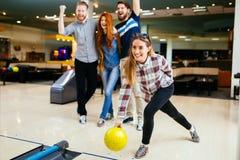 Vänner som har stor tid som spelar bowling Royaltyfria Bilder