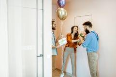 Vänner som hem kommer för ett födelsedagparti fotografering för bildbyråer