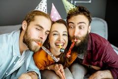 Vänner som hemma firar arkivfoton