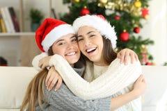 Vänner som hemma kelar på juldag fotografering för bildbyråer