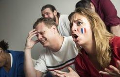 Vänner som hurrar världscupen med den målade flaggan royaltyfria bilder