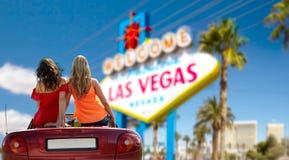 Vänner som kör i konvertibel bil på Las Vegas royaltyfri bild