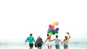 Vänner som kör med ballonger lager videofilmer