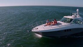 Vänner som kopplar av på privat yachtdäck