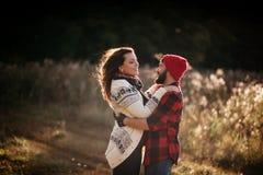 Vänner som kramar i natur royaltyfria foton
