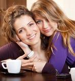 vänner som kramar två Arkivfoto