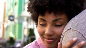 Vänner som kramar yttersidan, mjuk förbindelse, det romantiska datumet, closeness och förtroende royaltyfria bilder