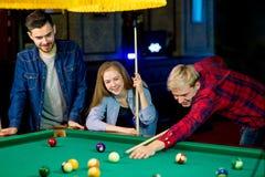 Vänner som leker billiard Royaltyfria Bilder