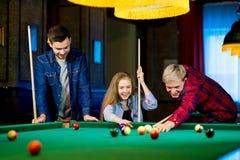 Vänner som leker billiard Arkivfoto