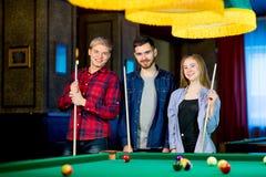 Vänner som leker billiard Royaltyfri Fotografi