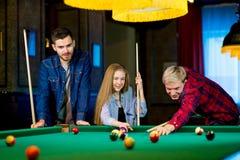Vänner som leker billiard Fotografering för Bildbyråer