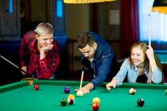 Vänner som leker billiard Royaltyfri Bild