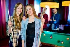 Vänner som leker billiard Royaltyfria Foton