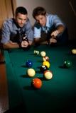 Vänner som leker snookeren Fotografering för Bildbyråer