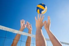 Vänner som leker volleyboll Arkivfoton