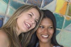 vänner som ler kvinnor Royaltyfri Fotografi