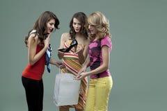 vänner som ler unga kvinnor Royaltyfria Bilder