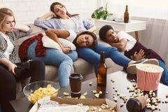 Vänner som lider från magknip och huvudvärk i smutsigt rum fotografering för bildbyråer