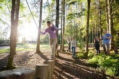 Vänner som motiverar kvinnakorsningen journalbro i skog Royaltyfria Foton