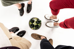 Vänner som mycket står runt om hinken av is och ölflaskor royaltyfria foton