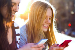 Vänner som pratar med deras smartphones Royaltyfria Foton