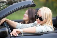 Vänner som rider den lyxiga bilen royaltyfri foto