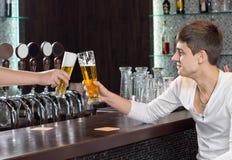Vänner som rostar, som de tycker om en halv liter av öl Royaltyfria Foton