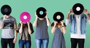 Vänner som rymmer en rekord- skiva arkivbild