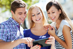 Vänner som ser den digitala tableten Arkivbilder