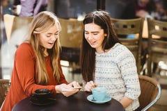 vänner som ser smartphone arkivbild