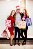 Vänner som shoppar i galleria arkivbilder