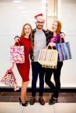 Vänner som shoppar i galleria royaltyfria foton
